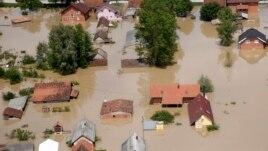 Përmbytjet në Ballkan, fillojnë pastrimet