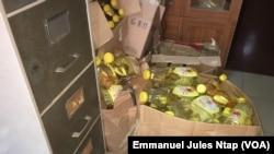 Échantillon d'huile végétale non-conforme saisie par les agents du ministère du commerce du Cameroun, le 4 février 2018. (VOA/Emmanuel JulesNtap)