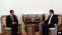 O Πρόεδρος της Συρίας, Μπασάρ αλ Άσσαντ, με τον Υπουργό Εξωτερικών της Τουρκίας, Αχμέτ Νταβούτογλου