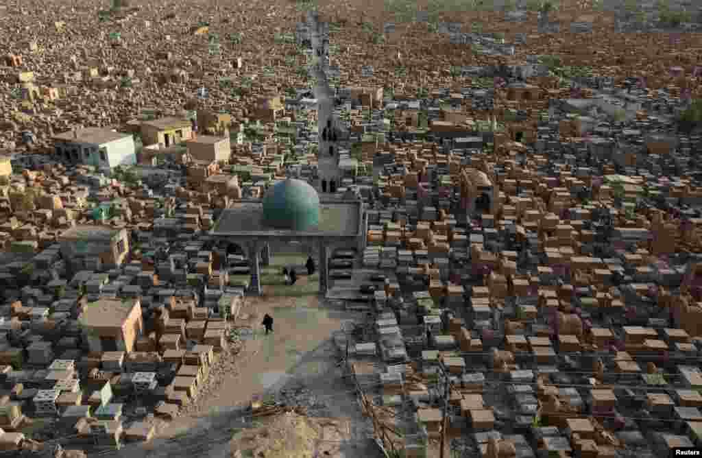 قبرستان وادی السلام، در نجف عراق.