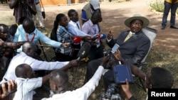 Yoweri Museveni parle à la presse après avoir voté à Kirihura, dans l'ouest de l'Ouganda, le 18 février 2016.