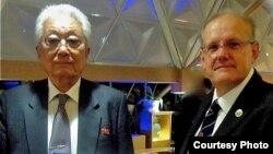지난달 16일 평양에서 장웅 국제태권도연맹 총재(왼쪽)가 미 '태권도 명예의 전당' 관계자로부터 추대 증서를 받았다. (사진 출처='Taekwondo Hall of Fame' 웹사이트)