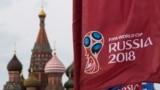 Bandeiras do Mundial de Futebol na Rússia tendo como pano de fundo a Catedral de St. Basil, Moscovo