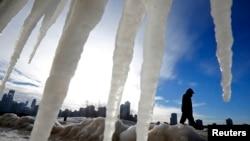 Picos de hielo a lo largo de la playa en Chicago frente al lago Michigan.