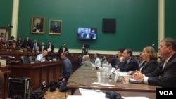 2013年10月24日,美国会众院能源与商业委员会就奥巴马医保网站技术问题听证,四家公司代表作证,接受议员们严厉质询 (美国之音杨晨拍摄)