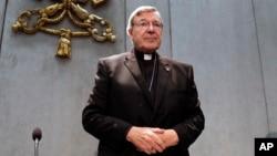 Kardinal George Pell saat memberikan pernyataan kepada media di Vatikan, 29 Juni lalu (foto: dok).