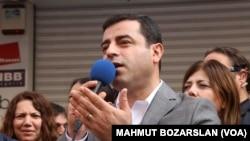 Wakil pemimpin partai HDP yang pro Kurdi, Selahattin Demirtas, termasuk di antara belasan yang ditahan oleh polisi Turki (foto: dok).
