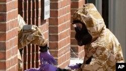 Specialistët e ushtrisë gjatë operacionit për pastrimin nga agjenti nervor Novichok në Salisbury (6 korrik 2018])