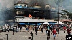 Sebuah pasar di Fakfak, Papua, terbakar saat unjuk rasa berlangsung, Rabu, 21 Agustus 2019. (Foto: AP)