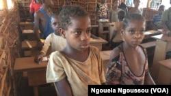 Quelques enfants pygmées attendent de commencer les cours dans une salle de classe, l'école ORA de Makodi en pleine forêt, à Betou, dans le nord du Congo-Brazzaville, 23 mars 2017. (VOA/ Ngouela Ngoussou)