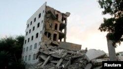 یمن کے جنوبی شہر تیز میں سعودی جہازوں کی بمباری سے تباہ ہونے والی ایک عمارت۔ فائل