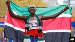 肯尼亞選手杰弗里.穆泰以2小時8分24秒的成績贏得紐約市馬拉松男子冠軍。