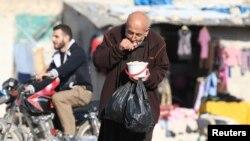 حلب کے نزدیک شام کے ایک کیمپ میں ایک پناہ گزیں امدادی خوراک کھا رہا ہے۔ 5 نومبر 2016
