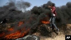 Para pemuda Palestina terlibat bentrokan dengan pasukan Israel di perbatasan Gaza-Israel.