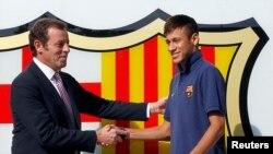 Presiden klub Barcelona Sandor Rosell (kiri) bersalaman dengan pemain asal Brazil Neymar, setelah penandatanganan kontrak Neymar dengan FC Barcelona, 3 Juni 2013 (Foto: dok).