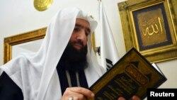 Ulama Muslim Omar Bakri dalam sebuah wawancara dengan Reuters di kediamannya di Tripoli, Lebanon utara, 24 Mei 2013. (Foto: dok)