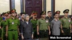 Các nhà hoạt động Lưu Văn Vịnh, Nguyễn Quốc Hoàn, Nguyễn Văn Đức Độ, Phan Trung, và Từ Công Nghĩa tại phiên tòa ngày 5/10/2018. Photo SGGP