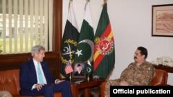 克里(左)會晤巴基斯坦軍方領導人謝里夫(右)