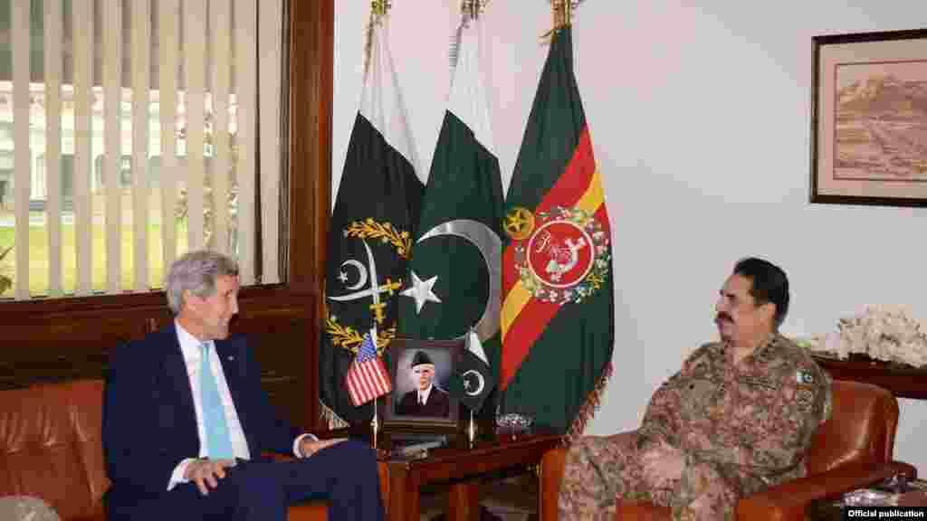 امریکی وزیرِ خارجہ جان کیری نے راولپنڈی میں پاکستانی فوج کے سربراہ جنرل راحیل شریف سے جنرل ہیڈ کوارٹر میں ملاقات کی۔