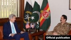 El secretario de Estado, John Kerry, reunido con el jefe del Ejército pakistaní, Raheel Sharif, en Islamabad.