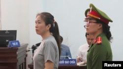 베트남의 여성 반정부 인사이자 블로거인 응우옌 응옥 뉴 꾸인 씨가 지난해 7월 칸호아 법원에서 재판을 받고 있다. 베트남 정부는 17일 꾸인 씨를 석방했다.
