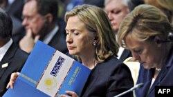 Ngoại trưởng Hoa Kỳ Hillary Clinton tại Hội nghị Thượng đỉnh của Tổ chức An ninh và Hợp tác châu Âu, gọi tắt là OSCE, ở thủ đô Astana của Kazakhstan, ngày 1/12/2010