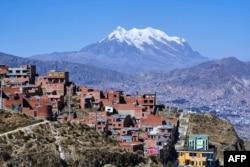 Puncak gunung Illimani dan kota La Paz dilihat dari El Alto, Bolivia, 11 Juli 2019.