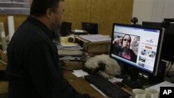 中国异议艺术家艾未未在播放他本人上传到YouTube的一段他模仿韩国歌星PSY江南风的表演(2012年10月25日)。全球广泛使用的视频交流网站YouTube在中国被封,用户必须设法绕过封锁才能登陆。