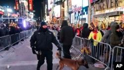 纽约一名警察牵着警犬在时报广场巡逻。(2017年12月31日)