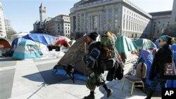 개인물품을 들고 철수하는 'DC 점령' 시위자들