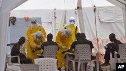 Petugas kesehatan merawat pasien-pasien yang terkena virus Ebola di sebuah klinik di Monrovia, Liberia (8/9). (AP/Abbas Dulleh)