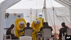 Nhân viên y tế chăm sóc các bệnh nhân nhiễm virut Ebola tại một bệnh xá ở Monrovia, Liberia, 8/9/14