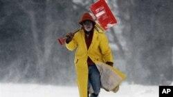 Seorang warga kota Brunswick, negara bagian Maine membawa alat pembersih salju saat badai salju tahun lalu (foto: dok).