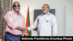 Afonso Dhlakama, leader de la RENAMO (à gauche) et Philippe Nyusi, Président du Mozambique