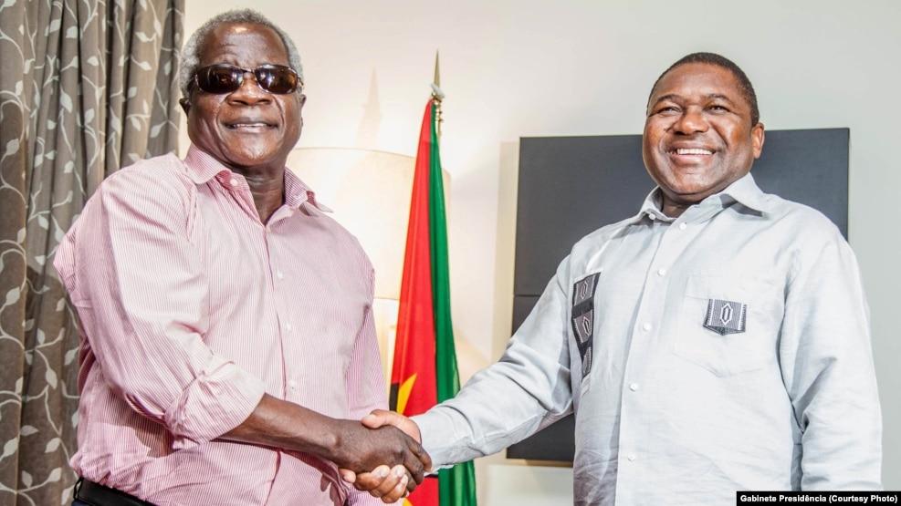 Afonso Dhlakama, líder da RENAMO (esq) e Filipe Nyusi, Presidente de Moçambique.