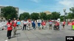 ME/CFS患者及活动人士在卫生与公众服务部门前抗议。(美国之音乔栈拍摄)