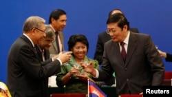 Bộ trưởng Tài chính Trung Quốc Lâu Kế Vỹ (phải) chúc rượu với khách mời tại lễ ký kết thành lập Ngân hàng Đầu tư Cơ sở Hạ tầng Á Châu tại Bắc Kinh, ngày 24/10/2014.