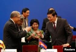 中国财政部长 楼继伟 (右)在 亚洲基础设施投资银行 签字仪式上举杯祝酒(2014年10月24日)
