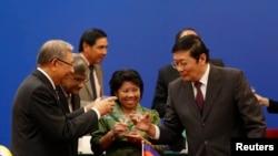 中国财政部长楼继伟(右)在亚洲基础设施投资银行签字仪式上举杯祝酒(2014年10月24日)