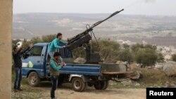 Chiến binh thuộc nhóm nổi dậy Ahrar al-Sham nhắm bắn máy bay trực thăng của lực lượng trung thành với Tổng thống Syria ở Jabal al-Zawiya, 27/1/2015.