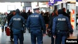 Polisi Jerman melakukan patroli di Hauptbahnhof, stasiun kereta utama di Berlin (17/1).
