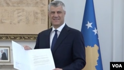 Predsednik Kosova Hašim Tači sa prethodnim pismom američkog predsednika koje je dobio za desetogodišnjicu proglašenja nezavisnosti Kosova