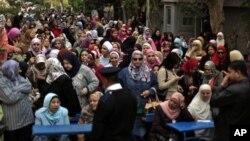 Warga Mesir baik laki-laki maupun perempuan mengikuti referendum secara terpisah di sekolah-sekolah di seluruh Kairo dan sembilan provinsi lainnya untuk menyetujui atau menolak rancangan konstitusi baru yang kontroversial, Sabtu (15/12),