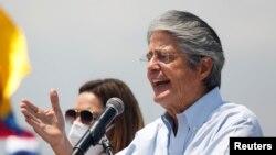 El presidente de Ecuador, Guillermo Lasso, hace gestos mientras habla durante un mitin de clausura, en Guayaquil, Ecuador, cuando era candidato presidencial, el 8 de abril de 2021.