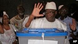 말리의 이브라힘 부바카르 케이타 전 총리가 지난달 28일 치러진 대통령 1차 선거에서 투표하고 있다.