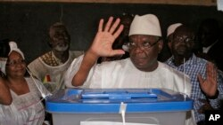 Mali presidential candidate Ibrahim Boubacar Keita gestures after casting his ballot in Bamako, Mali, 28, July, 2013.