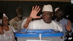 Capres Mali Ibrahim Boubacar Keita seusai memasukkan surat suaranya di Bamako, Mali (28/7). Para pejabat Mali diperkirakan akan mengumumkan hasil pilpres hari ini.