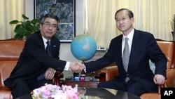 日本核談判代表介杉山(左)與南韓核談判代表林聖男(右) 握手