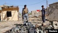 Polisi Irak memeriksa lokasi serangan bom mobil di Kirkuk, 250 kilometer utara ibukota Baghdad, Kamis (25/7).