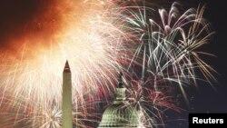Vatromet iznad vašingtonskog spomenika i zgrade Kapitola, 4. jul 2012.